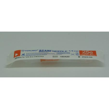 Petite aiguille pour seringue en plastique, sous protection blister.